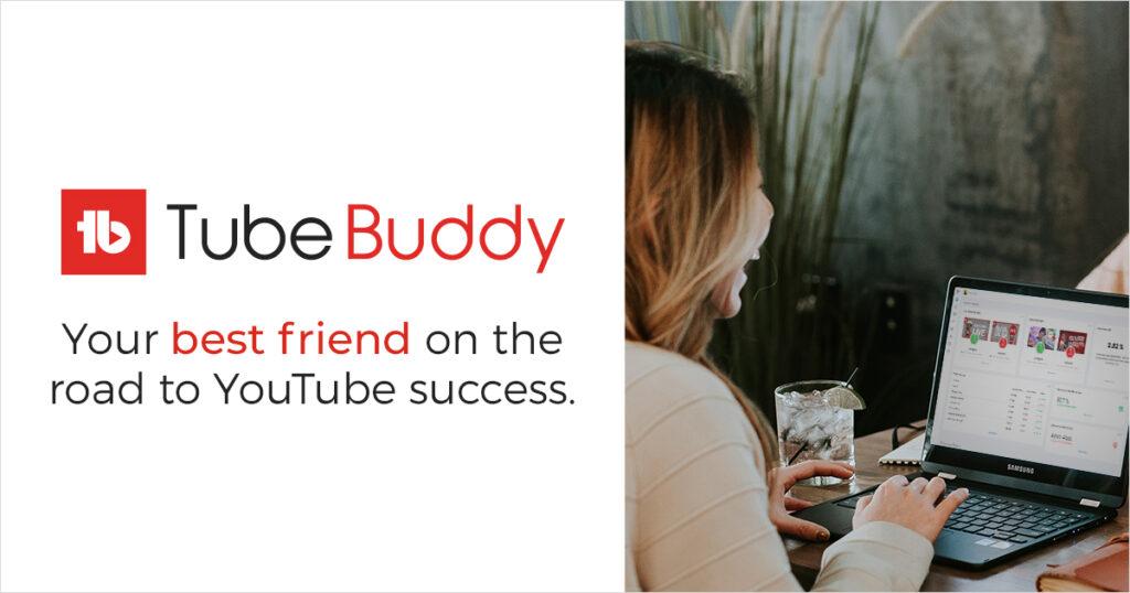 tubebuddy logo kvinne ler mens hun ser på dataen