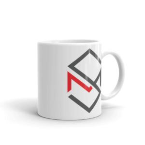 hvit kopp med skaar media logo