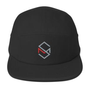 Svart caps med Skaar Media logo sydd inn